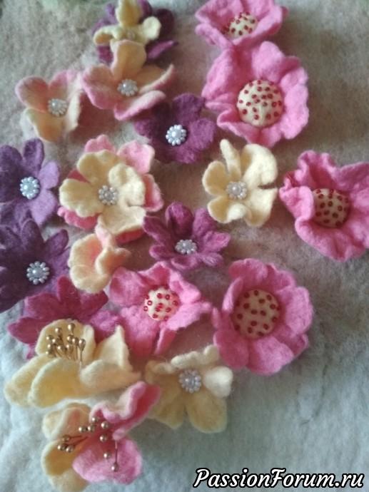 Готовые цветочки расшиваю бисером. в некоторые вставляю и пришиваю тычинки.
