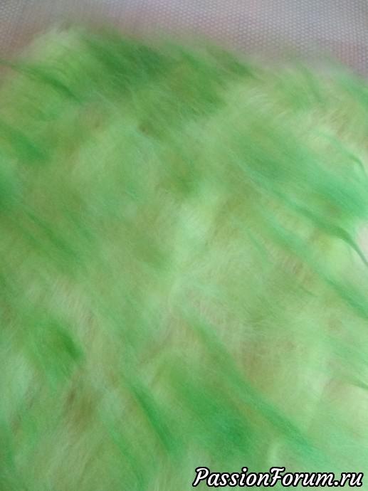 Начала делать  работу с шибори. Решила оттолкнуться от него, сама толком не зная чего хочу.Разложила первый слой розовой шерсти, второй слой зеленый с разными оттенками.Притерла, поработала ВШМ.На этом этапе сделала небольшую ошибку. Надо было побольше поработать с префельтом. В будущем учту.