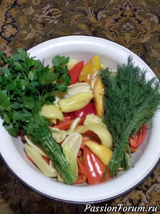 Ставим кастрюлю, наливает сок томатный - закипит, всыпаем сахар, соль,масло - закипт- влить уксус, закипит - бросаю морковь мешаем, лук мешаем,кипит 5 - 7 минут кидаем перец - мешаем.