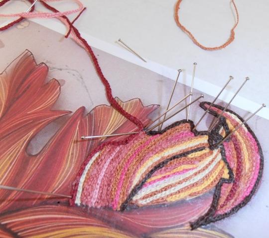 Приклеиваем отрезки связанных верёвочек по рисунку, временно закрепляя булавками.