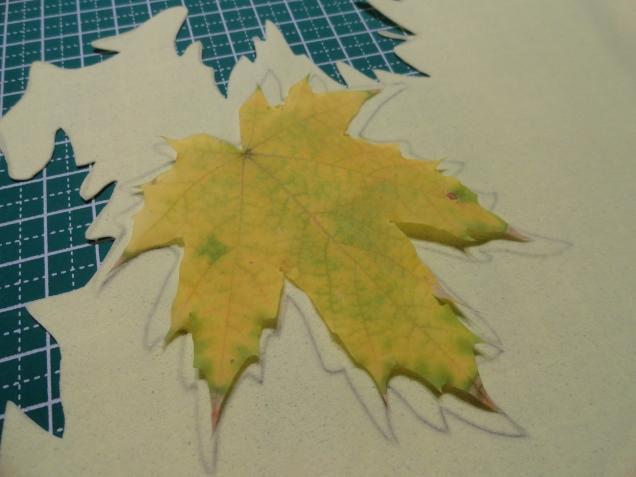 Берём настоящий листик,обводим его,так ка мы будем тонировать наши листочки,то карандашная обводка нам не помешает.