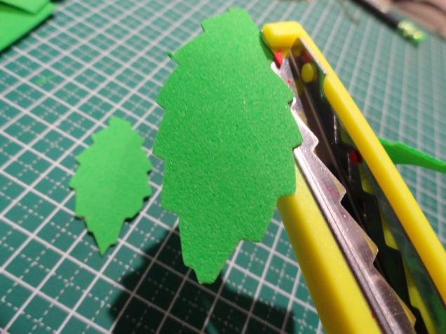 Вырезаем фигурными ножницами листики.