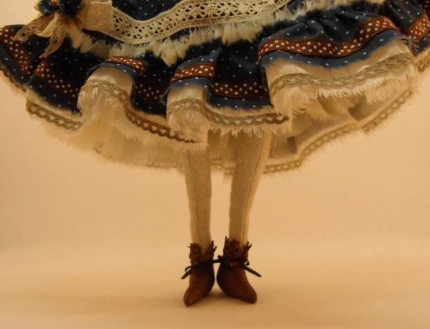 Ботиночки. Покрасьте ножки козы акриловой краской...