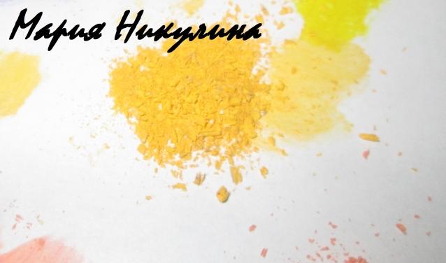 Берем желтую пастель и влажную салфетку