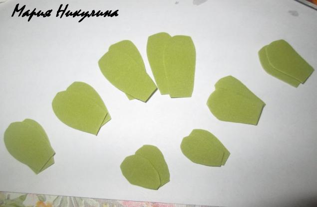 берем зеленый фом и вырезаем подклейки для бутонов.На маленькие бутоны поменьше подклейки на большие побольше