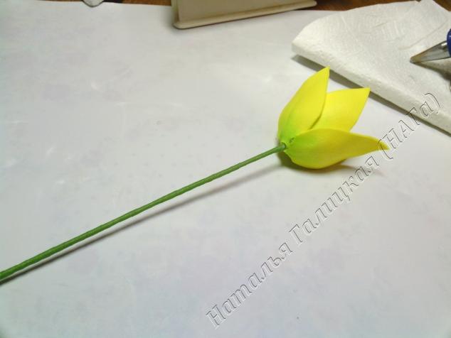 От проволоки до мест соединения лепестков наносим клей можно и дальше на края лепестков (зависит от желаемой раскрытости цветка). И по той же технологии натягиваем второй ряд лепестков. Прижимаем, обминаем, формируем цветок.