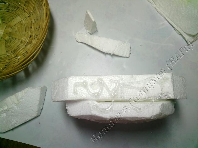 Склеиваем все детали конструкции с помощью термопистолета. Сильно разогретый клей может расплавить пенопласт, поэтому первую порцию клея выдавливаем на выброс.