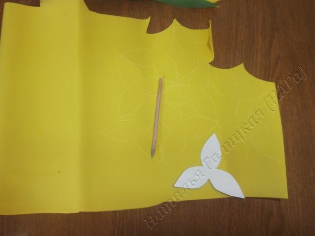 Обводим на фоамиране выкройки лепестков из расчета 2 шт на один цветок и 1 шт на бутон. Сложные выкройки экономичнее обводить каждую да и лучше качество работы будет.