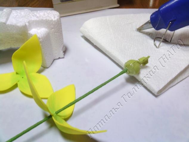 Наносим клей на основание пестика. Высота зависит от степени желаемой раскрытости цветка.