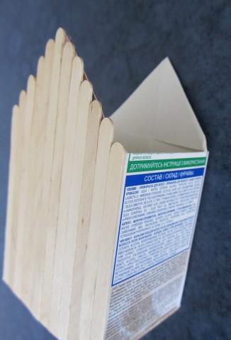 из картонной коробки вырезала скворечник,наклеила палочки...получился деревянный