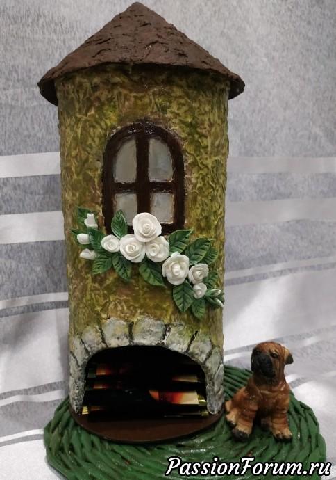 крыша (сделана из коробки от чая) как и стены обклеена кусочками ячного лотка.тонировала стены ,крышу,приклеила цветы