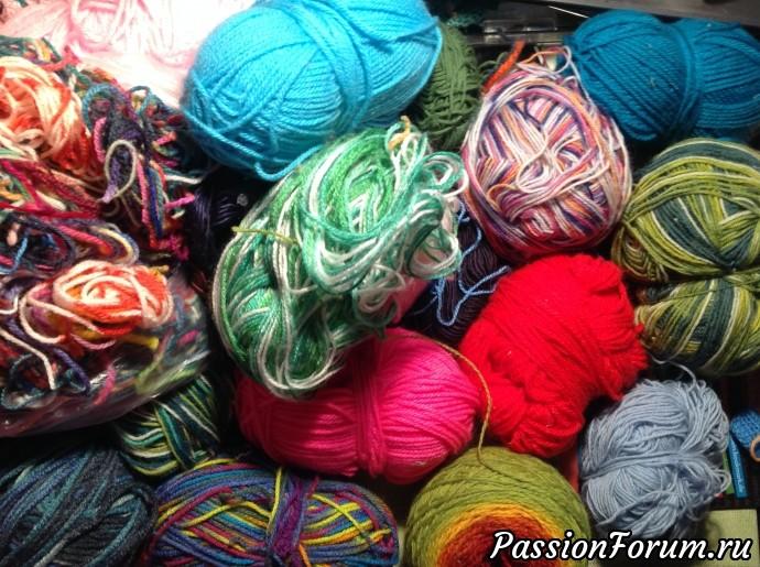Чем больше ниток различных цветов и оттенков, тем ярче и красочней получается картина. Это 10-я часть всех шерстяных и акриловых ниток, которые мне нужны для работы.