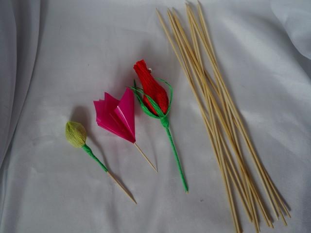 Для бутонов, розы надо сделать чашелистики, размер чашелистика 4х7см. Оборачиваем чашелистик под бутоном приклеиваем, и оборачиваем зелёной полоской шпажку