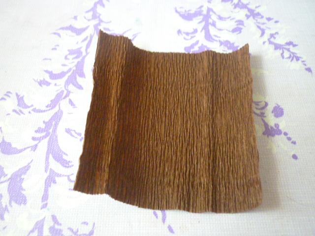 Из коричневой бумаги вырезаем круг диаметром 10 см и обклеиваем одну сторону картонного круга