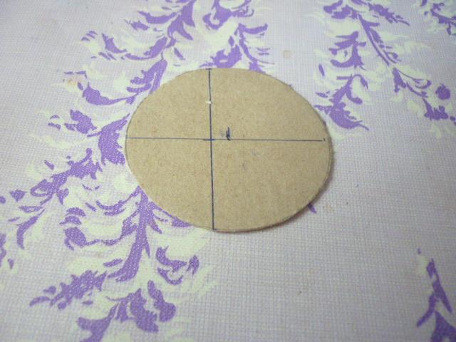 Из пивного картона вырезаем круг  диаметром 8см
