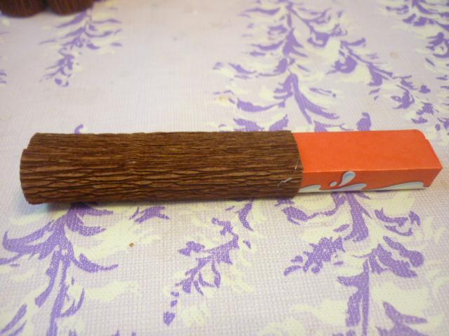 >     Склеиваем бумагу в     рулончик и одеваем на     шоколадку так чтобы     шов приходился на     нижнюю часть     шоколадки