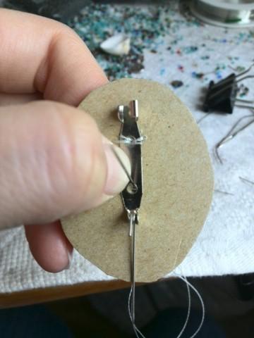 Пришивается застежка для броши на картонную основу
