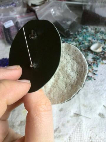 Подклеиваем картонную основу с застежкой и изнанку к вышивке