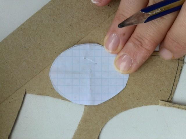 Картонная основа, на которую будет крепиться застежка для броши