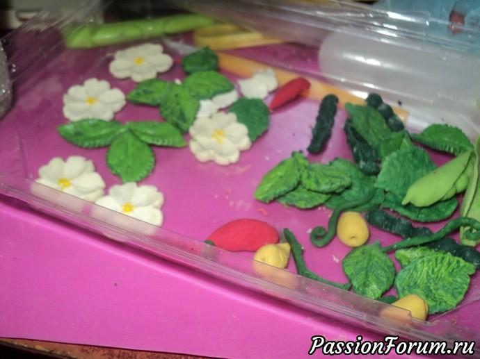 По такому же принципу я делала банк с клубничкой. Только там к листикм и ягодкам я еще цветочки вылепила