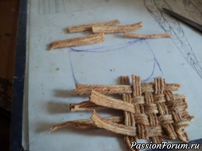 Еще я сделала для клубники корзинку из джута.Склеила по три веревочки,когда высохла сплела(на фото видно как),обрезала по форме корзинки.