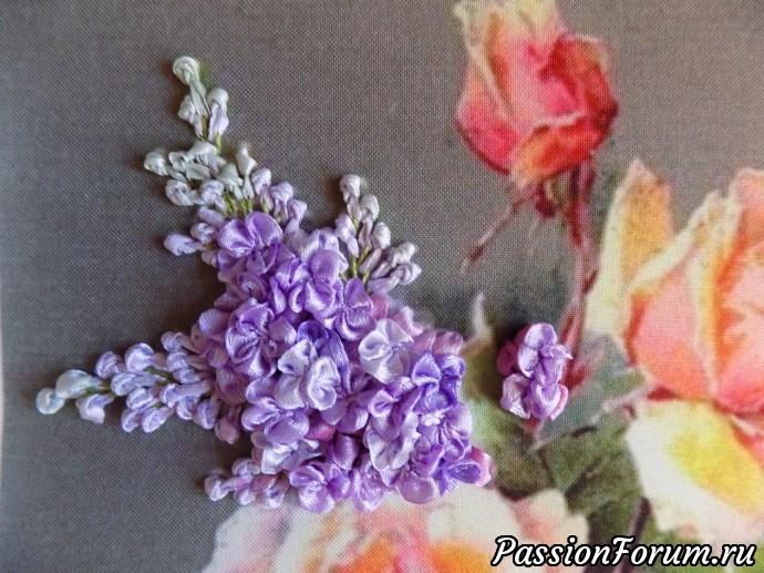 Пришиваем цветочки к работе белой катушечной ниткой, чередуем цвет цветочков. Первая гроздь.