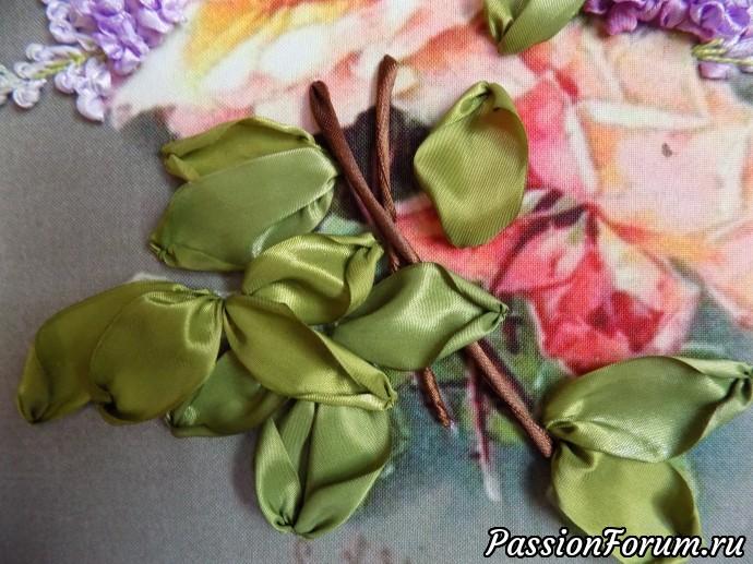 Дальше вышиваю листья и часть стебельков. Делаю это до вышивки роз, так как многие лепестки роз заходят на зеленые листья.