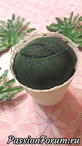 Сверху декорируем зеленой гофрированной бумагой , при помощи гор.клея .