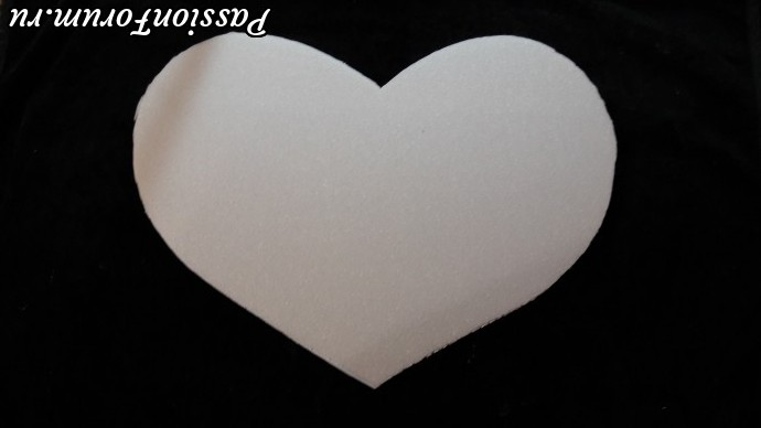 Из пенопласта вырезаем форму в виде сердца .