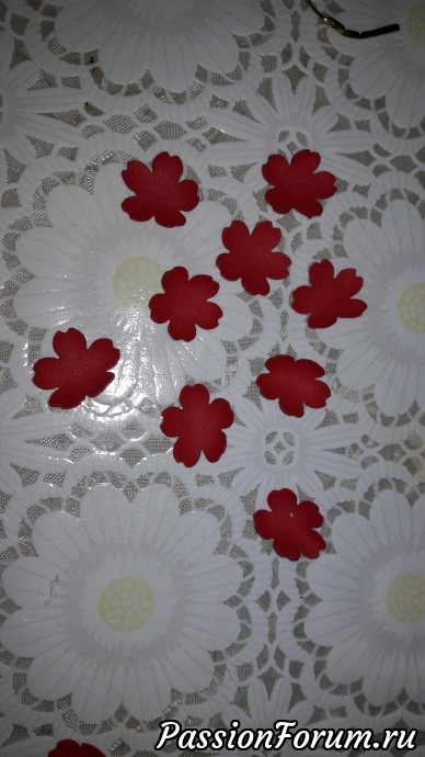 >     Края готовой формы     украшаем тесьмой и     вырезанными     цветочками из     фоамирана .