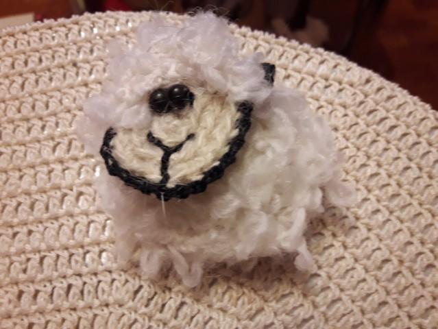 Овца связана из кудрявой пряжи. По той же схеме, что и свинья.