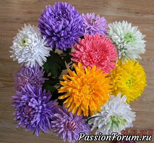 Одна напасть,не умею  красиво подать свою работу На фото цветы стоят большим  букетом,высокие,а на фото  так себе букетик.