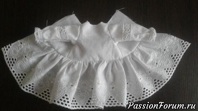 Для юбки берем шитье на хлопке. Нам понадобится 40-45 см. По самому краю прокладываем поочередно две строчки с максимальным размером шага и аккуратно делаем оборочку так, чтобы ее длина совпала с длиной низа лифа платья.  Пришиваем юбку к лифу. Подшиваем припуски на швы на спинке, делаем три петельки и пришиваем пуговки. По срезу горловины пришиваю кружево, сгибая его таким образом, чтобы срез горловины остался внутри.