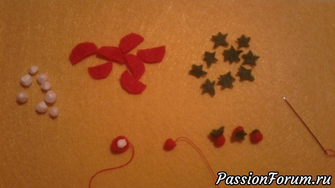 Для ягод клубники из красного фетра вырезаем полукруги, из зеленого звездочки. Сшиваем полукруг, выворачиваем, внутрь помещаем шарик от пенопласта, стягиваем верхушку, пришиваем зеленый хвостик, и ягодка готова. Меня хватило на 26 ягодок)))) Поэтому на дно корзины я положила красный фетр, а сверху ягодки.