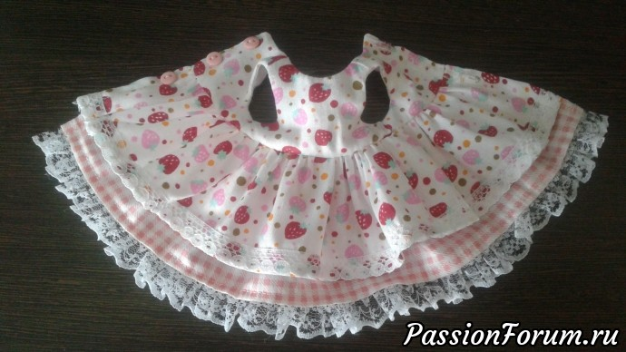 Чтобы скрыть все швы на платье, я сшиваю юбки между собой в месте соединения их с лифом.