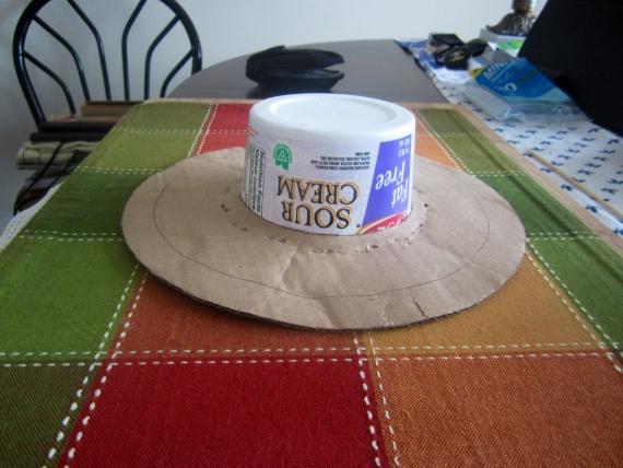 Коробка из под сметаны,картон для полей шляпки