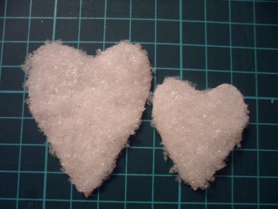 В итоге получаем вот такие пушистые сердечки. Также этот материал отлично подходит для имитации снега.