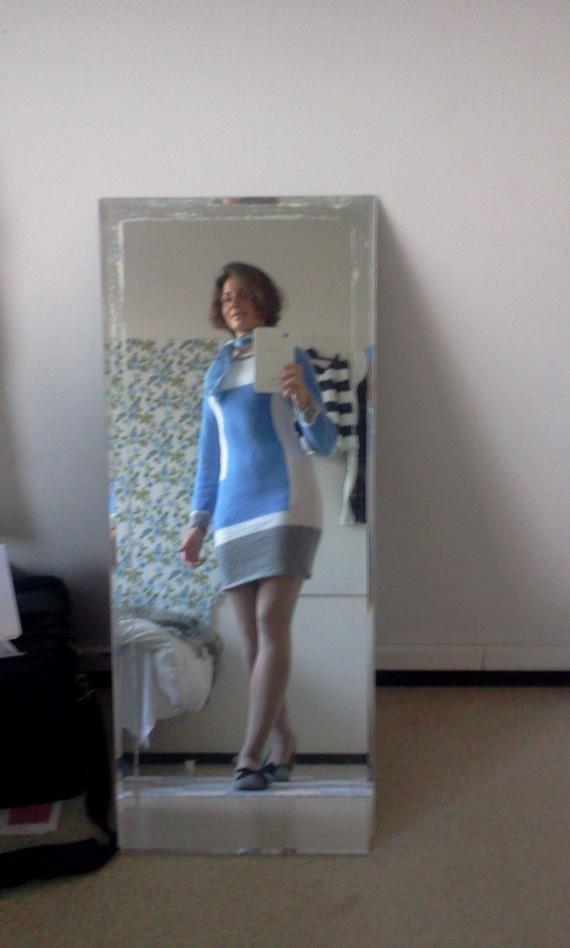 платье холодных тонов с геометрическим рисунком