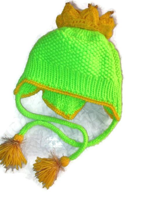 шапочка связанна плотной вязкой донышко крючком основание спицами нитка 25%шерсти  в 5 нитей обьемная очень мягкая не колется низ связан резинкой чтобы шапочка плотно прилегала и не поддувало в ушки  сзади  шапочка закрывает шею а также придает завершенную форму. Корона по уголкам обшита крупным золотистым бисером работа придумана мною в единственном экземпляре